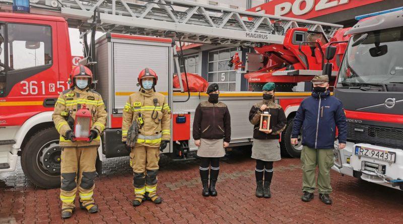 Przemyscy strażacy przyjęli Betlejemskie Światło Pokoju